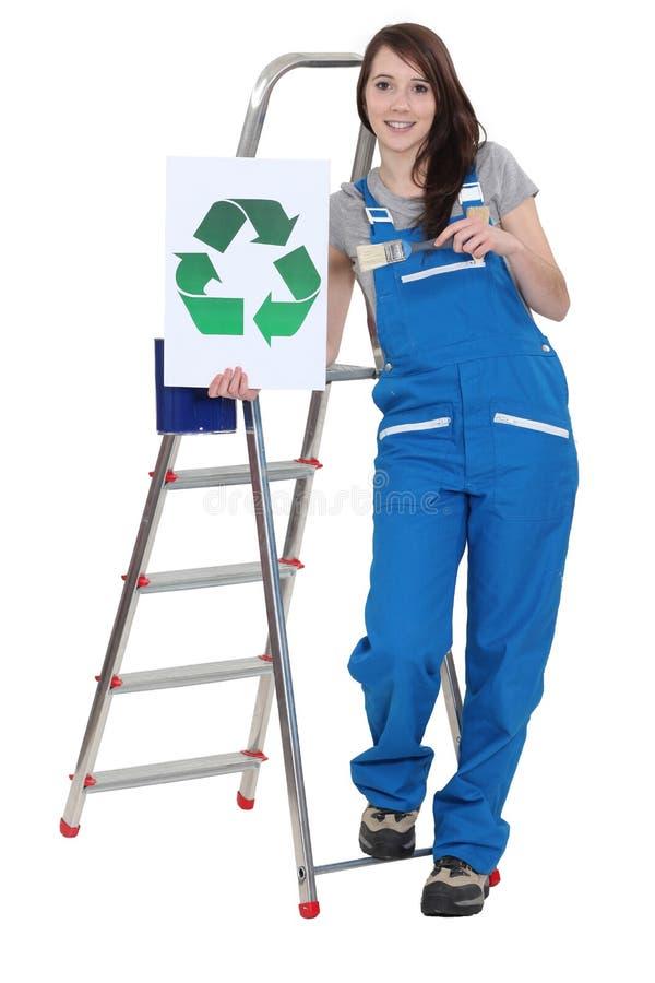 Dekorateur, der Recycling-Symbol hält stockfotografie