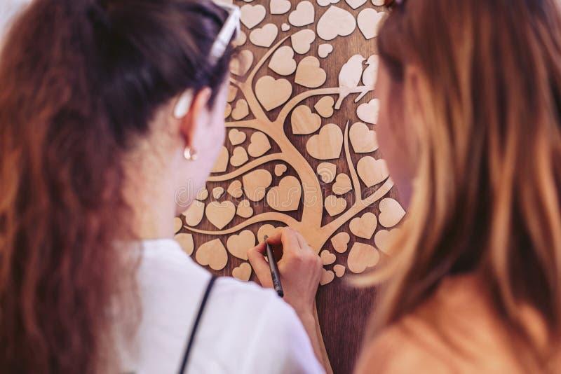 Dekorateure bei der Arbeit Herstellung des Dekors für eine Hochzeitszeremonie stockbilder
