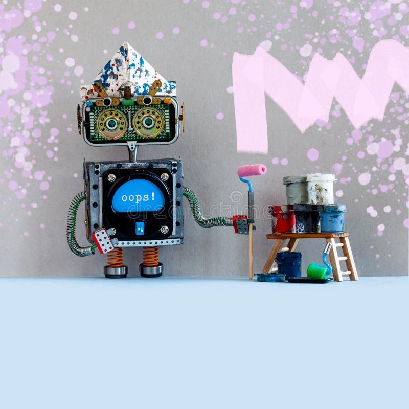 Dekorateurroboter, der die Wand malt Leiter-Farbenrolleneimer des Roboterspielzeugs hölzerne auf grauem Wandrauminnenraum Kopiere lizenzfreies stockfoto