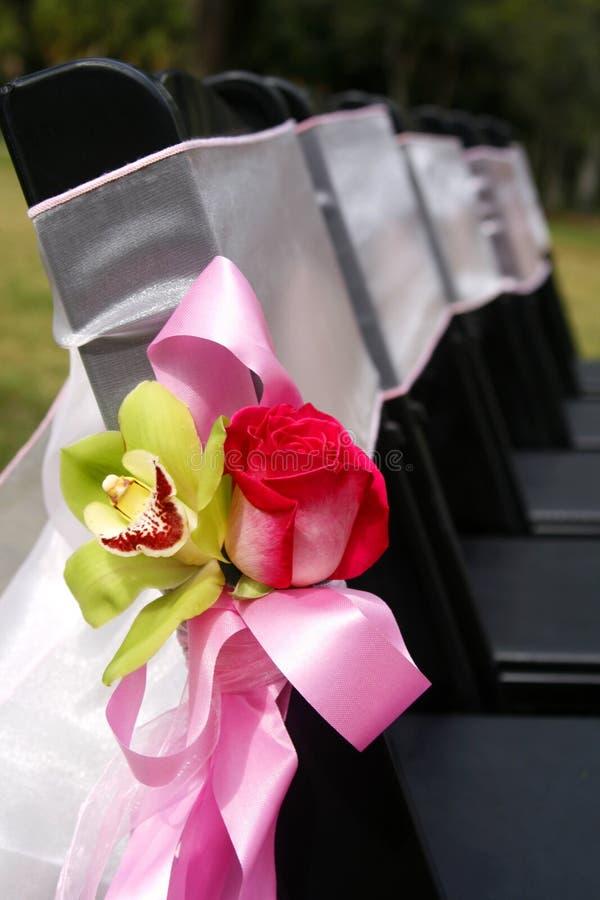 Dekoration auf Hochzeits-Stühlen lizenzfreies stockbild