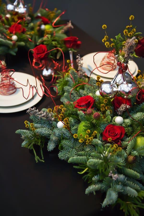 Dekoration auf Weihnachtstabelle lizenzfreies stockbild