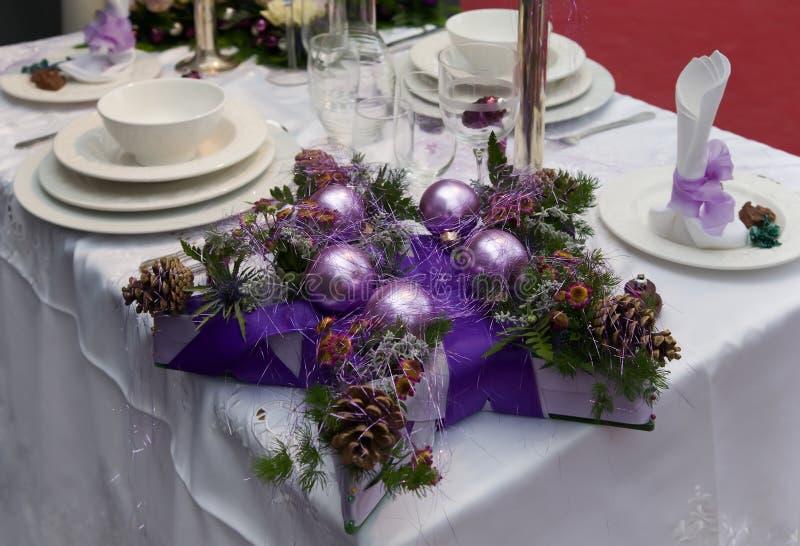 Dekoration auf Weihnachtstabelle stockbild
