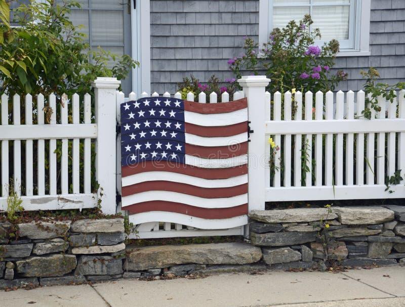 Dekoration der amerikanischen Flagge auf Zaun lizenzfreie stockbilder