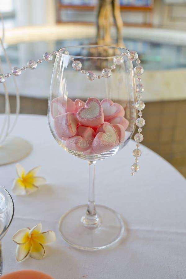 Weingläser Dekorieren dekoration der hochzeitstabelle süßigkeit der herzform im weinglas