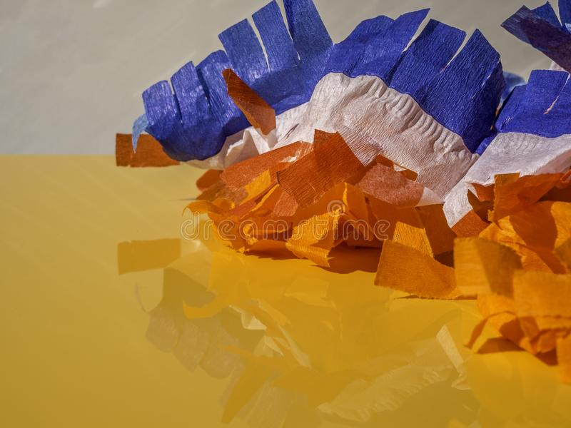 Dekoration der Könige Rote, weiße und blaue Papiergarnböden auf orangefarbenem Hintergrund lizenzfreie stockfotografie