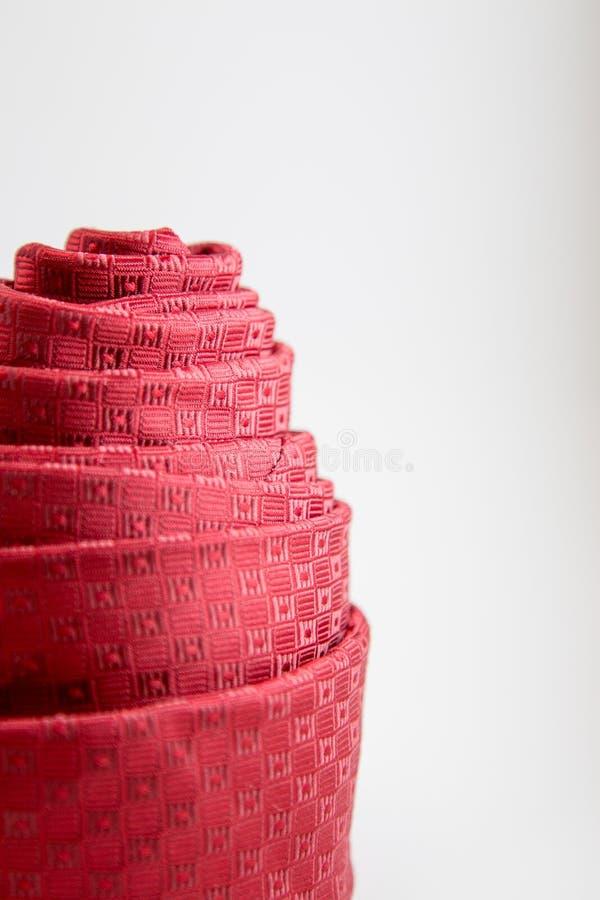 Dekoration der roten Halsbindung gerollt stockfoto