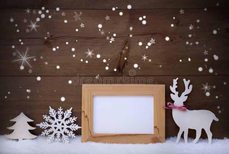 Dekoration der weißen Weihnacht auf Schnee, Kopien-Raum, funkelnde Sterne stockfotografie