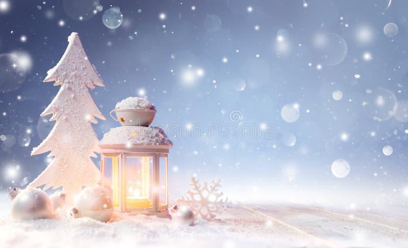Dekoration der weißen Weihnacht mit Laterne auf Snowy-Tabelle lizenzfreie stockfotos