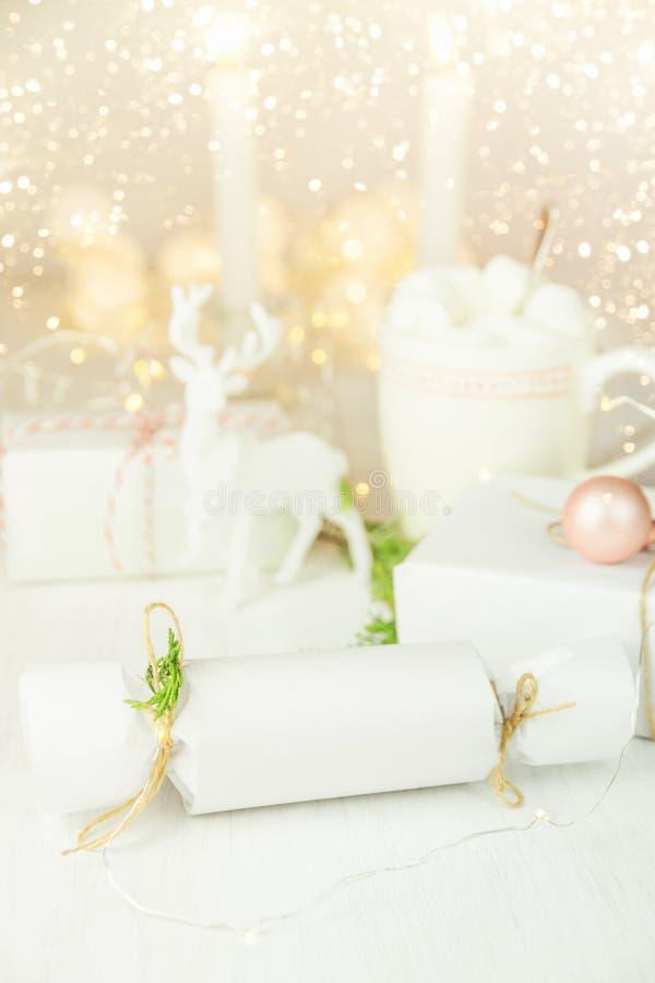Dekoration der weißen Weihnacht in der skandinavischen Art Spott-oben eingewickelte Geschenkbox-Schnur-Wacholderbusch-Zweige Bren lizenzfreie stockbilder