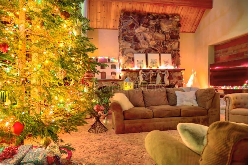 Dekoration der Weihnachtswohnzimmer mit erstaunlichem Baum und Kamin lizenzfreie stockfotos