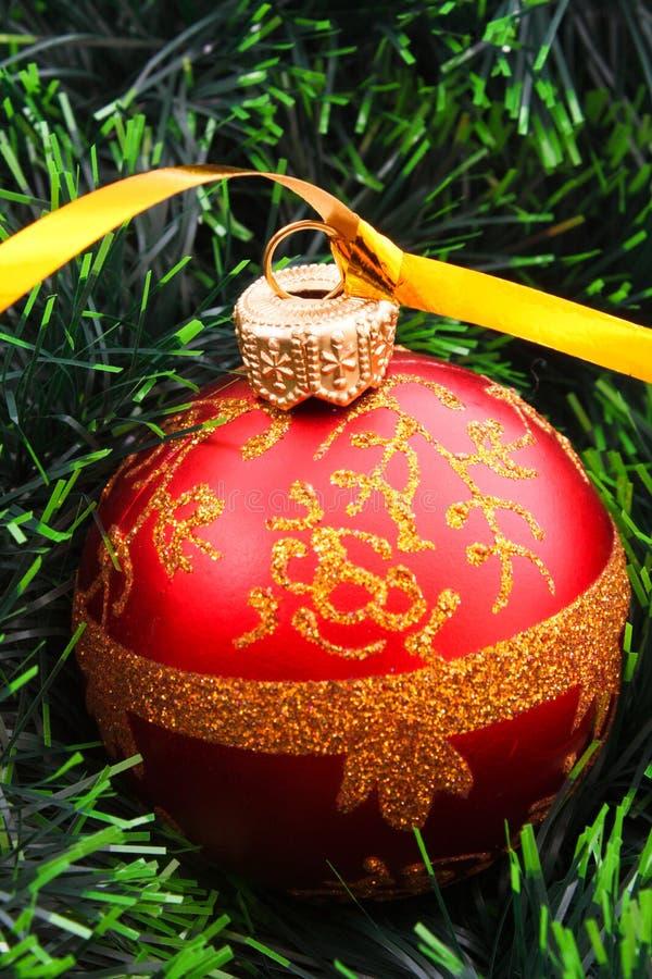 Dekoration des neuen Jahres auf Tanne stockfoto