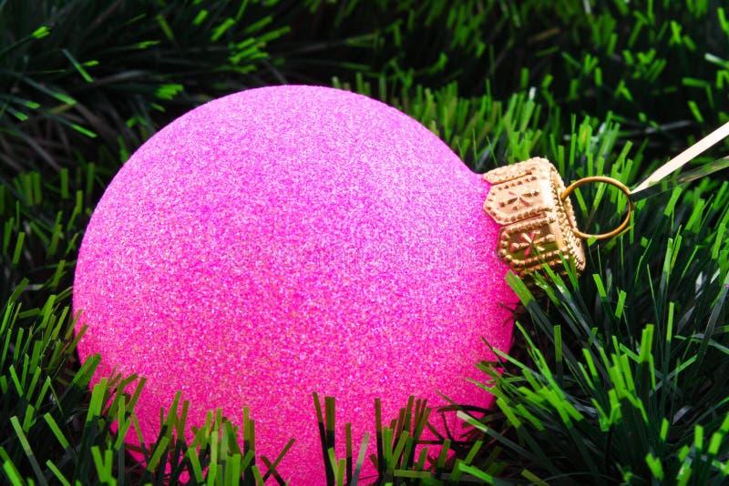 Dekoration des neuen Jahres auf Tannenbaum stockfotografie