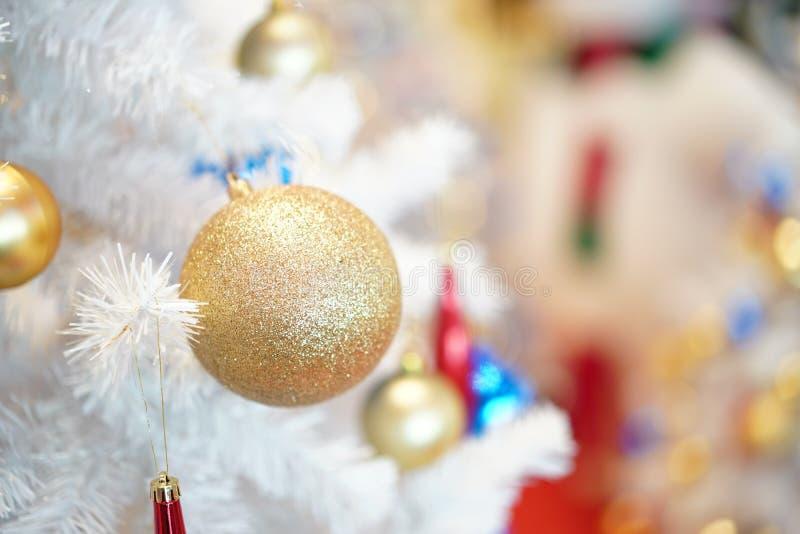 Dekoration des Weihnachtsbaums wei?e und gr?ne Farb- und des neuen Jahresim Kaufhaus lizenzfreie stockbilder