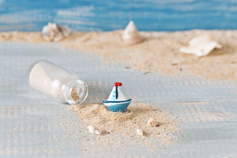 Dekoration di estate con le conchiglie e una bottiglia immagini stock libere da diritti