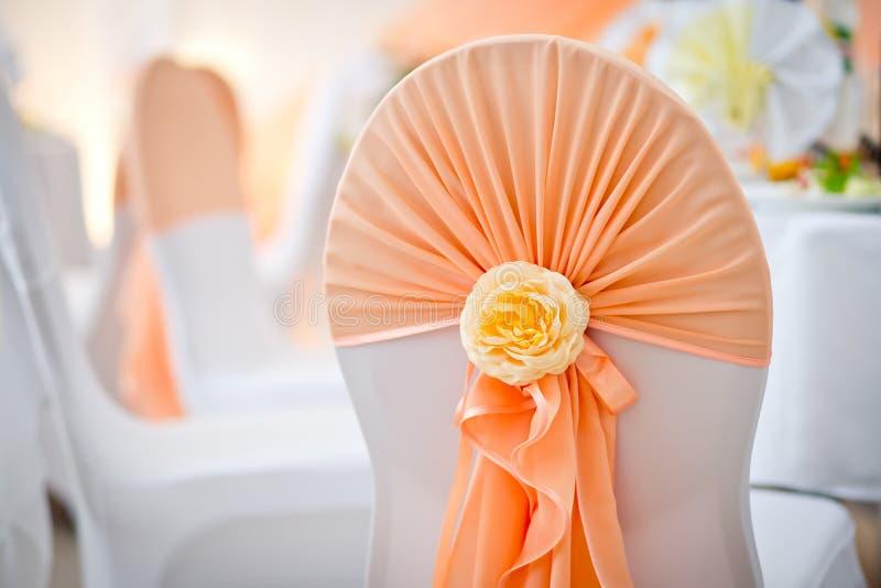 Dekoration eines Stuhls auf einem Hochzeitsbankett am Restaurant lizenzfreie stockfotos