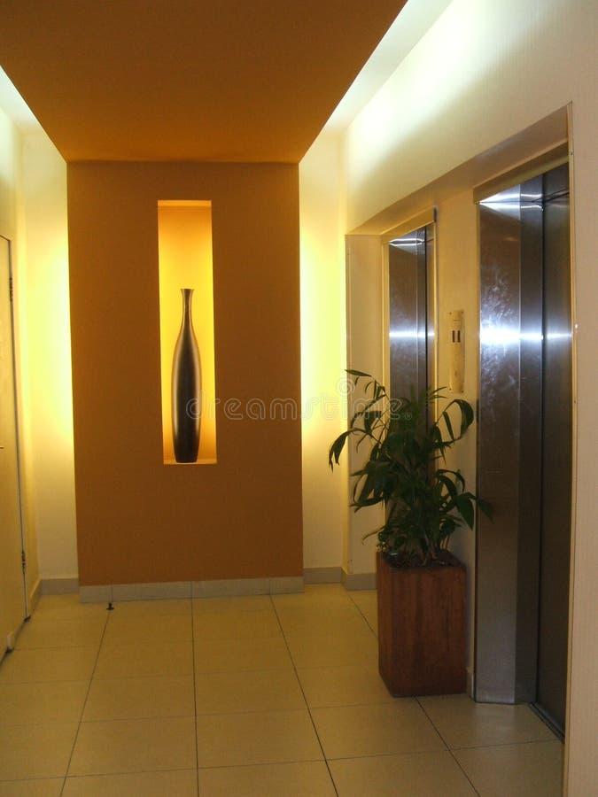 Dekoration eines Vase in einer Nische in einem Korridor stockbild