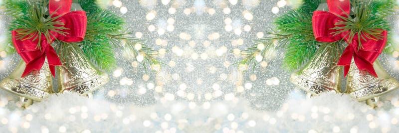 Dekoration mit zwei Weihnachtsglocken auf festlichen Lichtern lizenzfreie abbildung