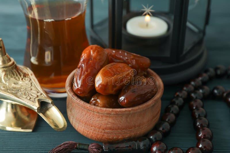 Dekoration und Nahrung von Ramadan Kareem-Feiertag auf hölzernem Hintergrund stockfoto