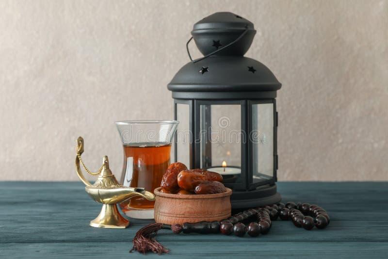 Dekoration und Nahrung von Ramadan Kareem-Feiertag auf Holztisch lizenzfreies stockfoto