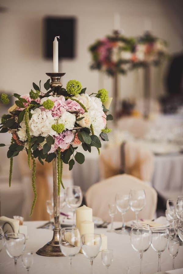 Dekoration von Hochzeitsblumen stockbild
