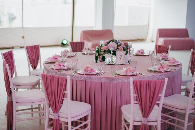 Dekoration von Tabellen an der Hochzeit stockfotografie