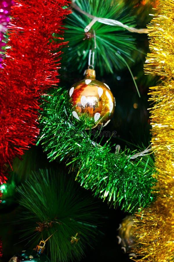 Dekorationen des neuen Jahres/Weihnachten, die an einem Baum hängen lizenzfreies stockfoto