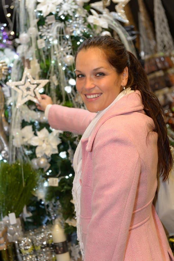 Dekorationen Einkaufen der jungen Frau Weihnachtsim Mantel stockfotos