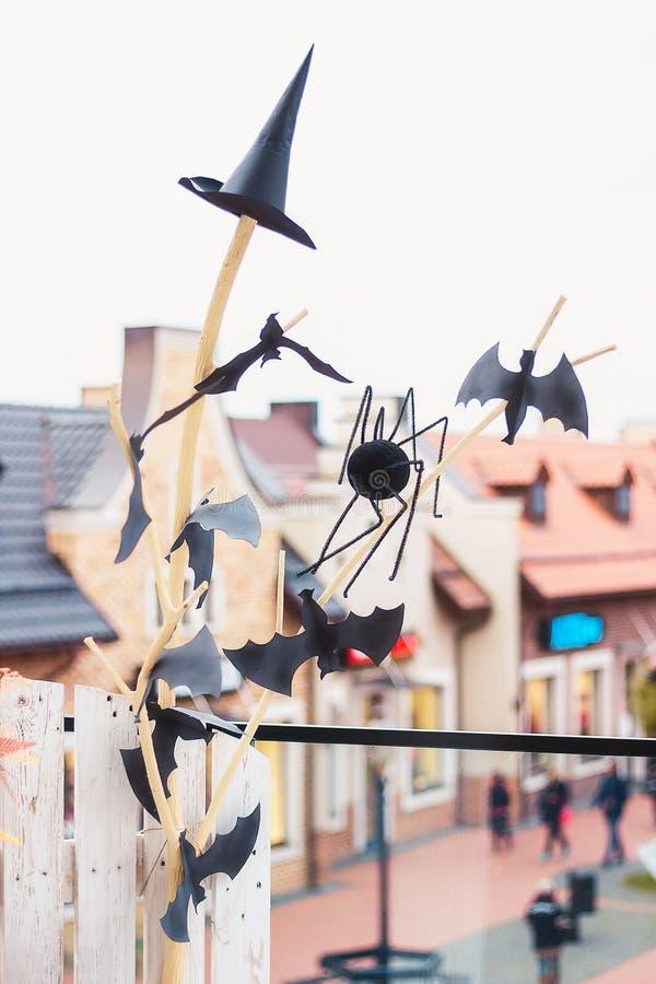 Dekorationen für Halloween Schläger, eine Kappe von bösen Geistern und ein Lar lizenzfreies stockbild