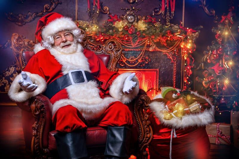 Dekorationen für Weihnachten im Innenraum stockbild