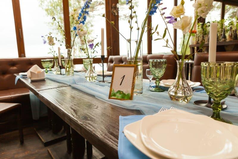 Dekorationen und Wildflowers gedient auf der festlichen Tabelle, Heiratsfeierkonzept stockbilder