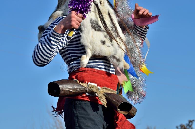 Dekorationsdetails von Moshul-Kostüm - Kaninchenhäute, Bänder und roter Gurt mit Kuhglocken ist es Persönlichkeit des rumänischen stockbilder