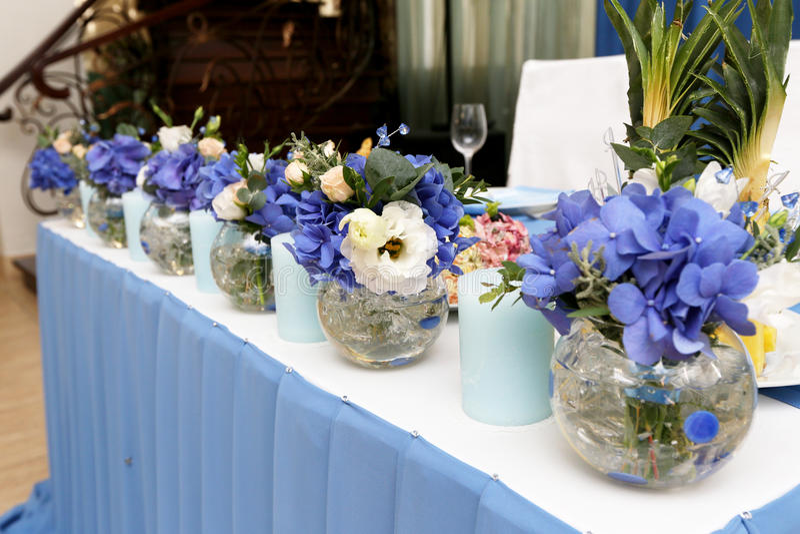 Dekorationshochzeitstafel mit Kerzen und Blumen stockfotos