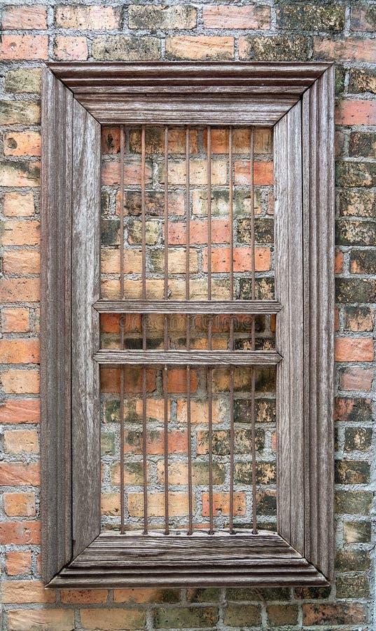 Dekorationsweinlesewand Hölzernes Fenster auf Backsteinmauer stockbilder