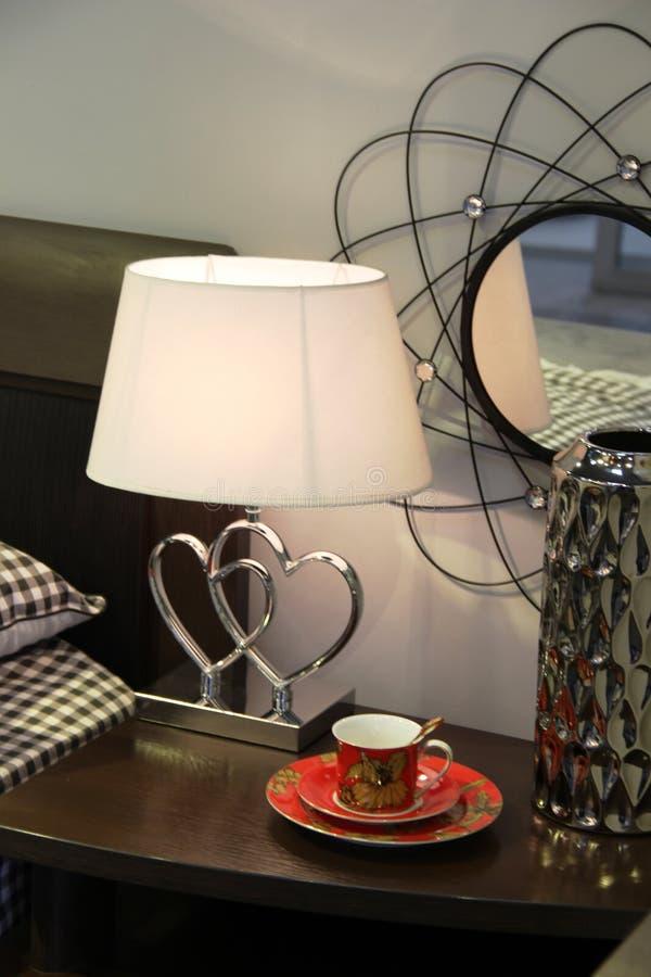 Dekorativ design av nattduksbordområdet i försäljningsområdet av möblemanglagret royaltyfri bild