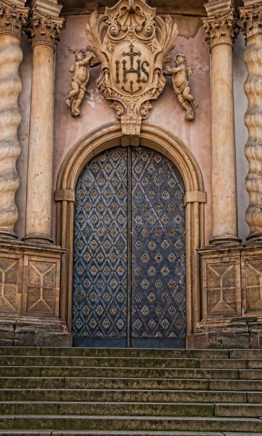 Dekorativ domkyrkadörr royaltyfria bilder