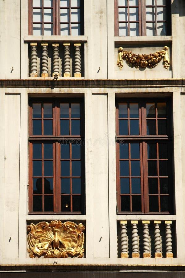 Dekorativ fasad runt om fönster royaltyfri fotografi