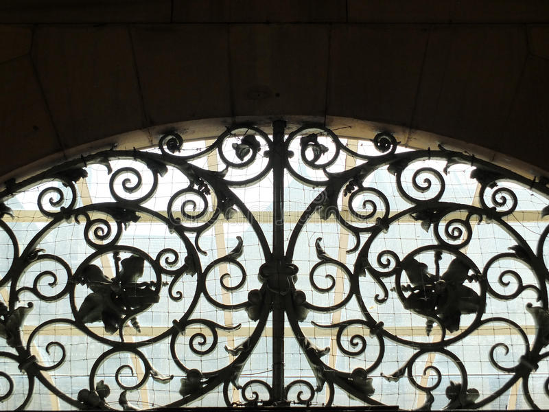 Dekorativ gammal spiral bearbetad ironwork arkivbilder