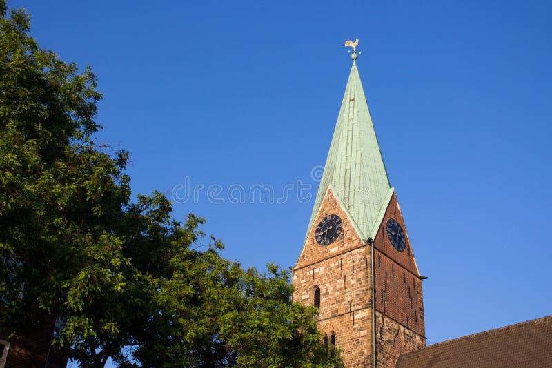 Dekorativ hane på kyrktorn av det forntida tornet mot blå himmel Vindflöjel på taket i Bremen, Tyskland Tornspira av den medeltid royaltyfri fotografi