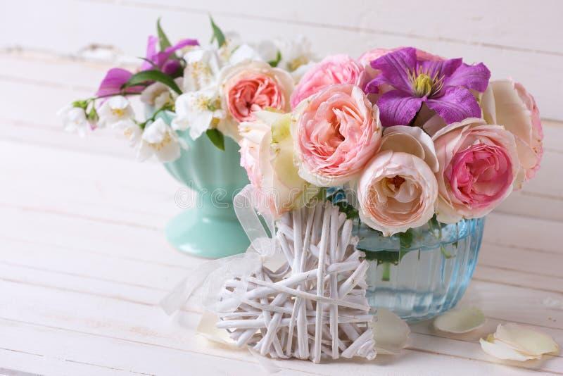 Dekorativ hjärta, rosa vit jasmin för rosor och violett klematis royaltyfria bilder