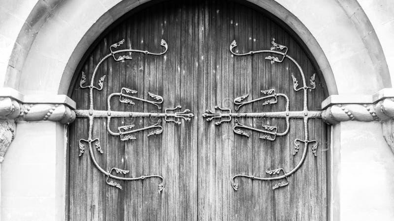 Dekorativ Ironwork på trädörren royaltyfri foto