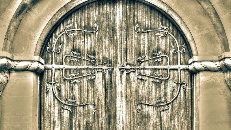 Dekorativ Ironwork på trädörren HDR royaltyfri bild
