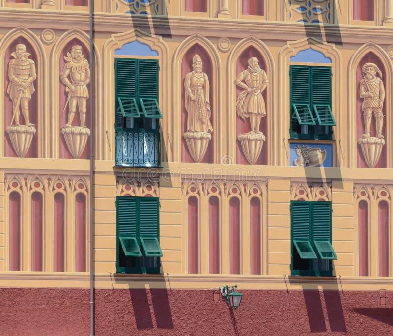 Dekorativ italiensk byggnadsfasad med gröna slutare royaltyfri bild