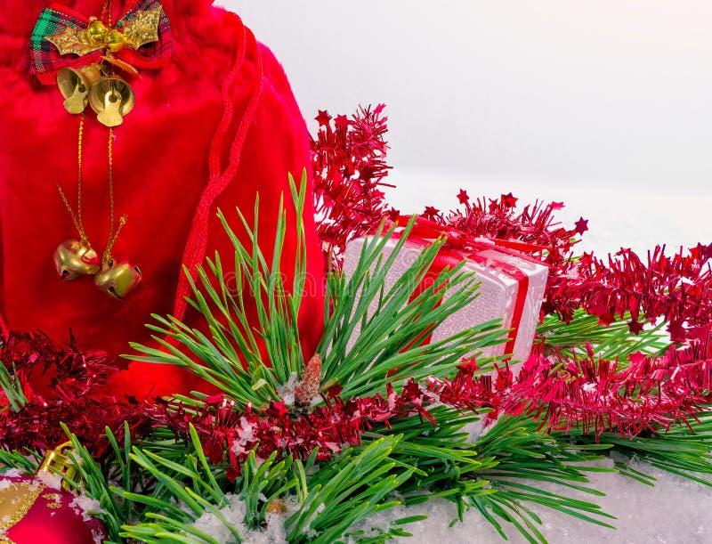 Dekorativ julask med vit bakgrund arkivfoto
