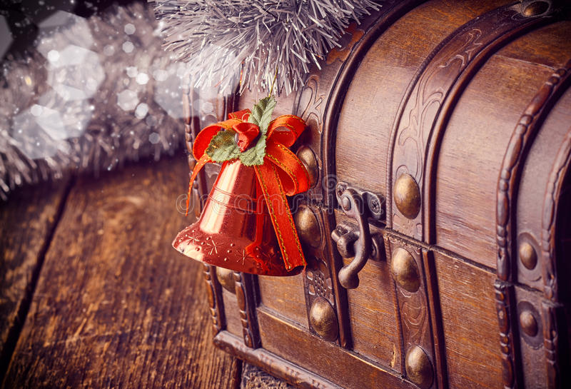 Dekorativ julklocka med skattasken fotografering för bildbyråer