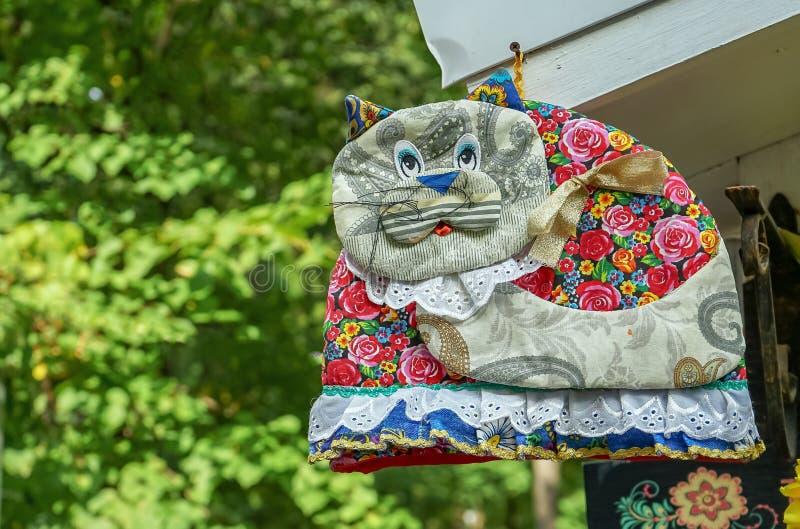 Dekorativ katt som sys från olika stycken av tyg royaltyfri bild