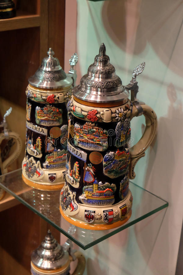 Dekorativ keramisk ölölkrus royaltyfria foton