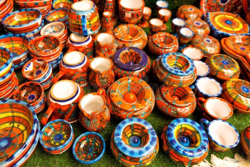 Dekorativ keramisk lerkärl som är till salu i Erice, Sicilien, Italien royaltyfri bild