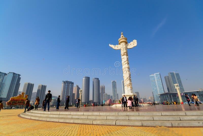 Dekorativ kolonn i den Xinghai fyrkanten royaltyfri bild