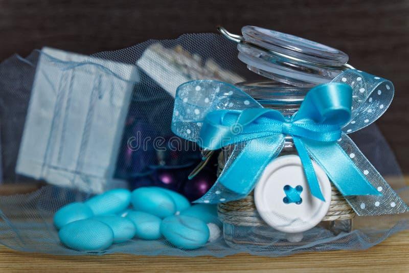 Dekorativ krus med pilbågen, inre blåa stenar och tappningträbröstkorgen på trätabellen, modell för vykort eller hälsningkort royaltyfria bilder