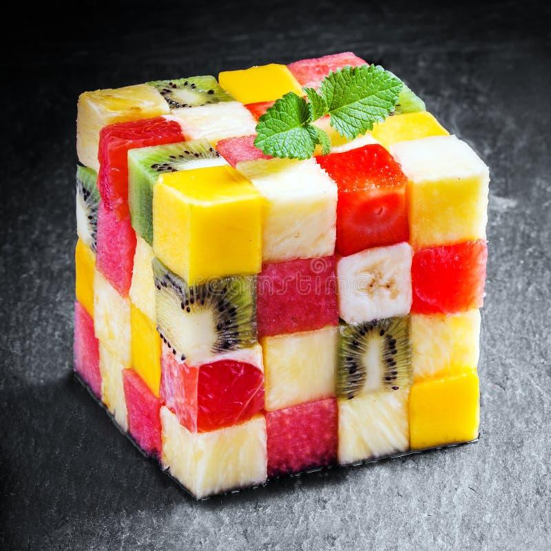 Dekorativ kub av tärnad ny sommarfrukt arkivbild
